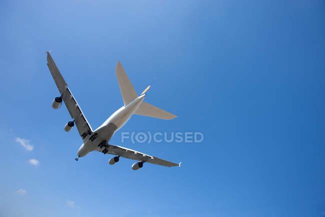 Airbus fliegt in Himmel — Stockfoto