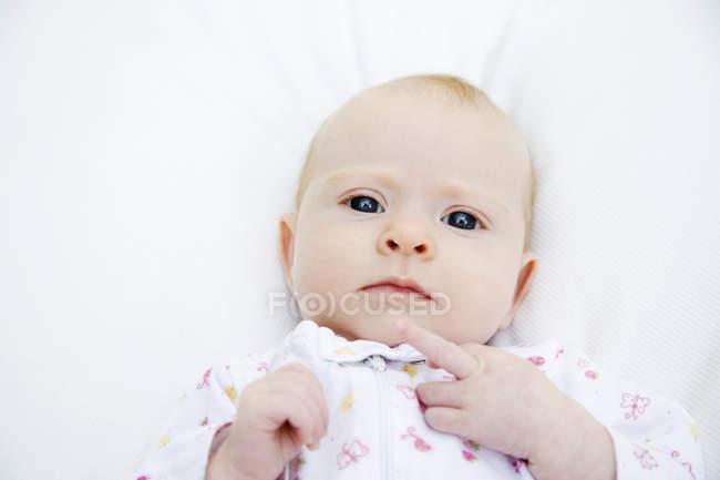 Vista frontal de bebê fofo e olhando para a câmera — Fotografia de Stock