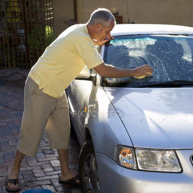 Man washing a car — Stock Photo