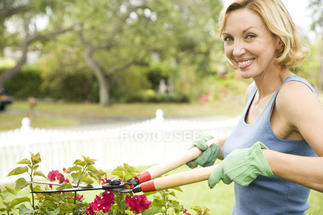 Woman pruning plant with garden shears — Stock Photo