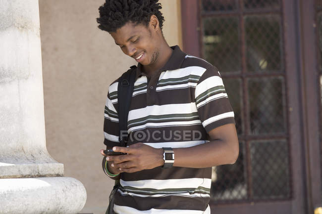 A student using a mobile phone — Stock Photo