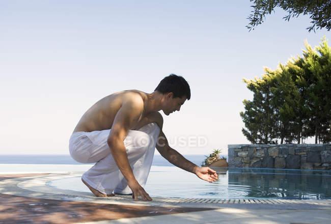 Чоловік, відпочиваючи біля басейну — стокове фото
