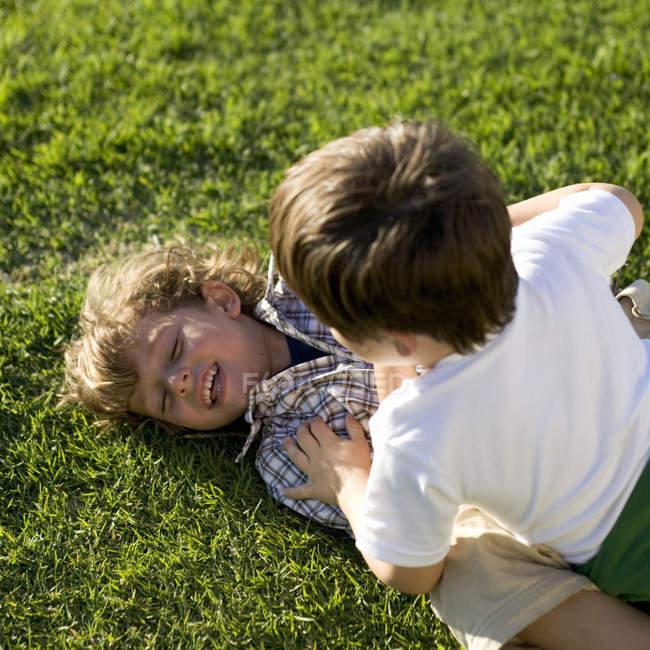 Дві молоді хлопчики грають — стокове фото