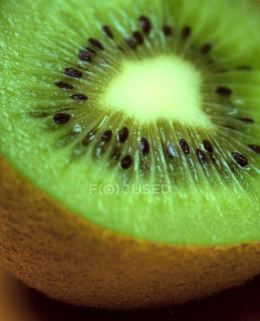 Kiwi tagliati a metà del primo piano al tavolo — Foto stock