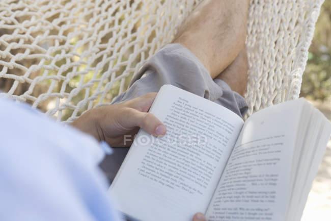 Ein Mann in einer Hängematte entspannen — Stockfoto