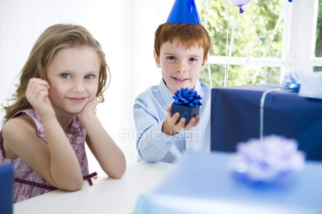 Two children at a birthday party — Stock Photo