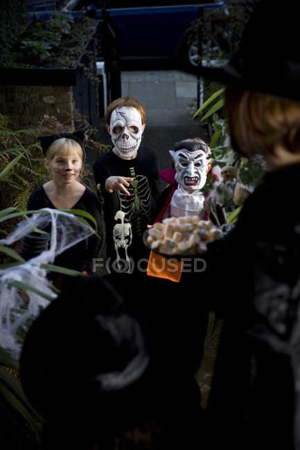 Trois amis Trick or Treating à l'Halloween — Photo de stock