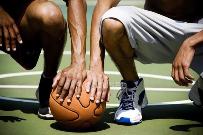 Zwei afroamerikanische Männer Knien nebeneinander auf einem städtischen Basketballplatz, Nahaufnahme — Stockfoto