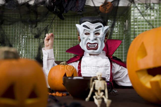 Petit garçon dans un costume de Dracula déguisé pour Halloween — Photo de stock