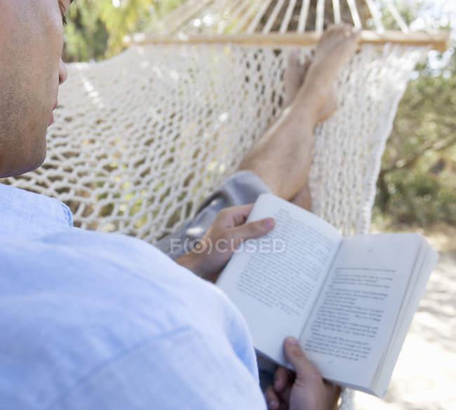 Um homem relaxando em uma rede — Fotografia de Stock