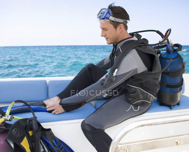 A man about to go scuba diving — Stock Photo