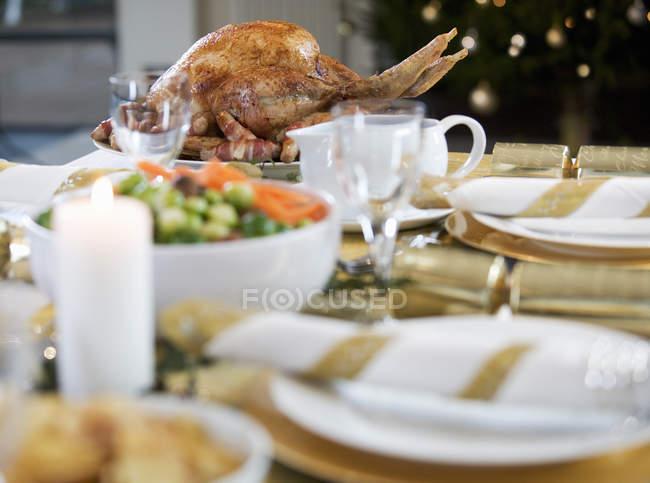 Gebratener Truthahn am Tisch serviert — Stockfoto