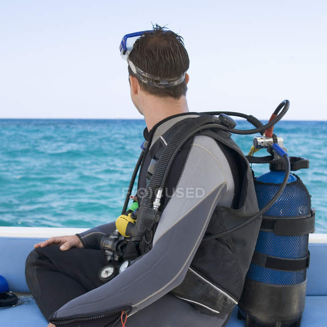 Un uomo in procinto di fare immersioni subacquee — Foto stock