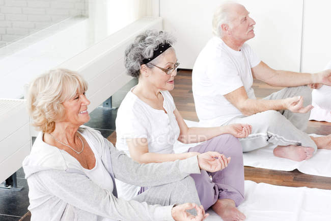 A group of seniors taking a yoga or meditation class — Stock Photo