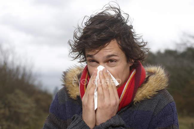 Ritratto di uomo che soffia il naso — Foto stock