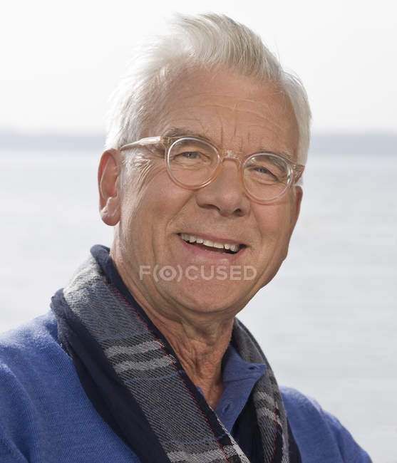 A portrait of a senior man wearing glasses — Stock Photo