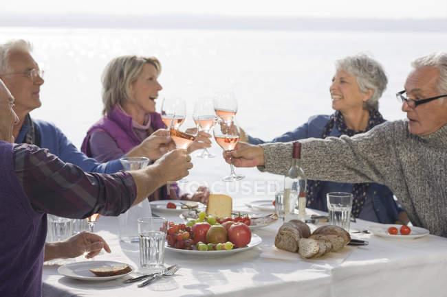 Fünf Senioren Freunde zu Mittag zu essen, ihre Brille aufziehen — Stockfoto
