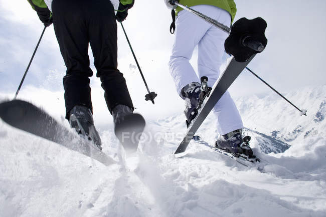 Skifahrer auf Berggipfel rund um ski-Hang hinunter — Stockfoto