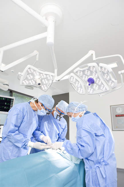 Chirurghi operano paziente in ospedale — Foto stock