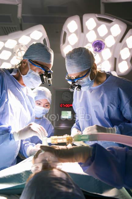 Chirurgen in Uniform, die Tätigkeit — Stockfoto