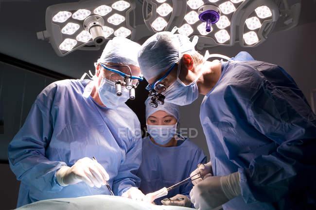 Chirurgen, die operativen Patienten — Stockfoto