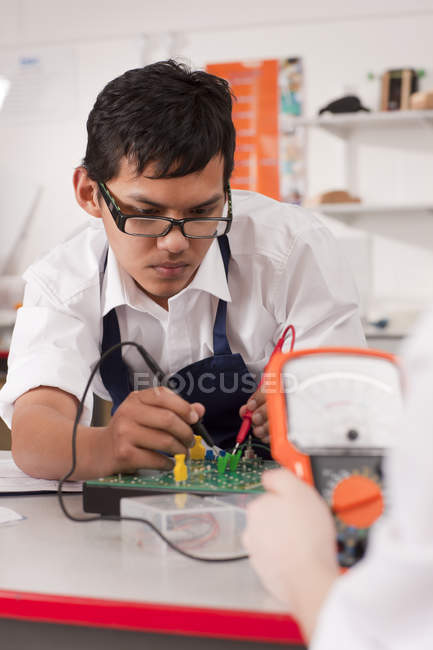 Portrait student working with electronic measuring device in vocational class — Stock Photo