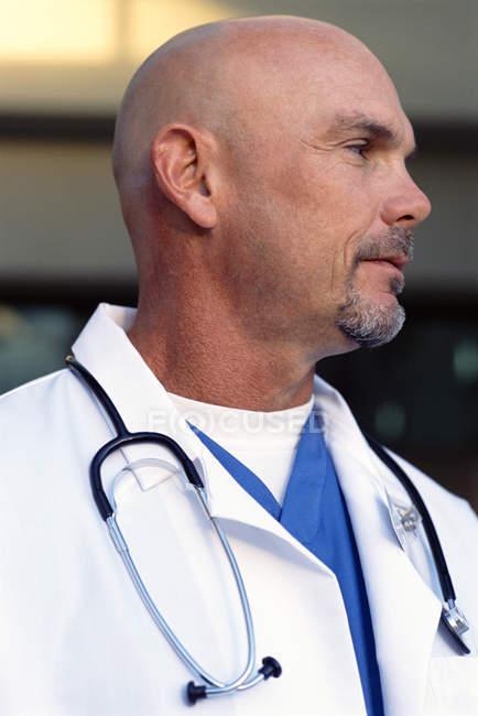 Perto de doutor careca no jaleco com estetoscópio — Fotografia de Stock