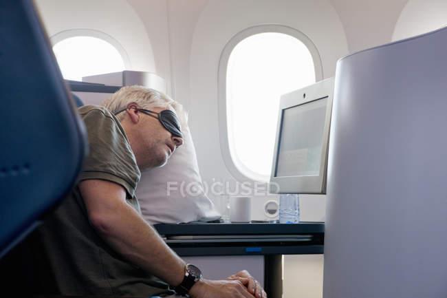 Pasajeros en el asiento en el avión durante el vuelo - foto de stock