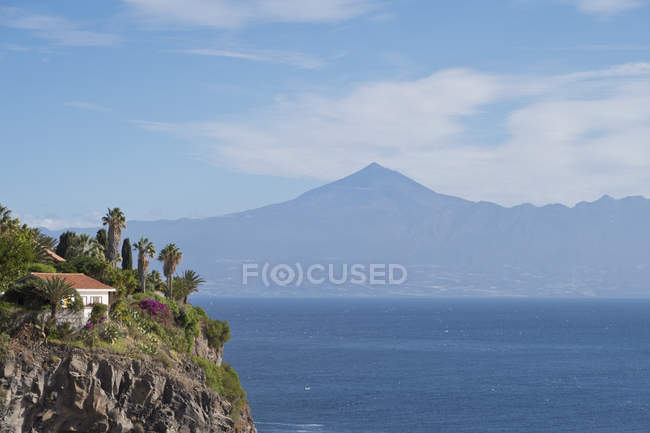 Wide angle view of house on cliff with mount Teide on background, Tenerife, Canary Islands — Stock Photo