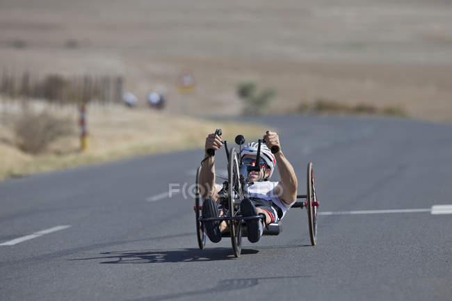 Лежачі велосипед їзда велосипедист інвалідів перегони на шляхах — стокове фото