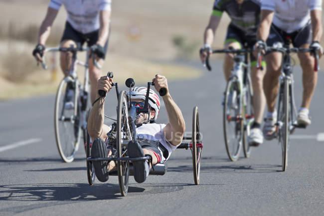 Handicapées course cycliste couché vélo sur route ouverte — Photo de stock
