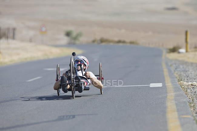 Behinderung Radfahrer Reiten Liegerad Rennrad auf offener Straße — Stockfoto