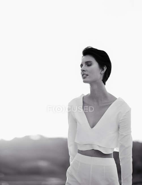 Femme se présentant à la caméra — Photo de stock