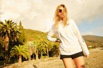 Femme posant sur la plage — Photo de stock