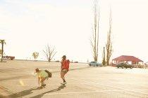 Жінки їзда на скейтборд з рюкзаками — стокове фото