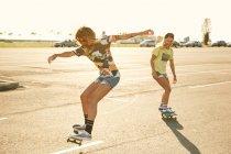 Femmes chevauchant sur skateboards — Photo de stock