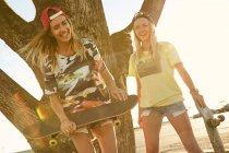 Frauen mit Skateboards auf Parkplatz — Stockfoto