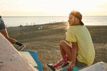 Woman sitting on beach — стоковое фото