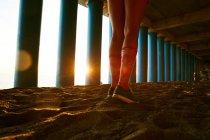 Junge Frau Beine in weiches Sonnenlicht — Stockfoto