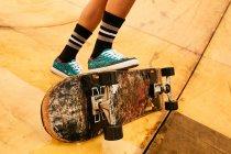 Женщина выполняет трюки со скейтбордом — стоковое фото