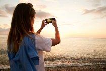 Ragazza scattare foto di mare — Foto stock