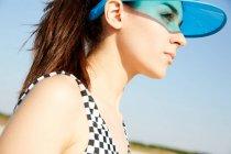 Женщина в синем козырьке — стоковое фото