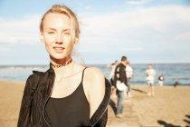 Портрет привлекательной женщины, стоящей на пляже в Барселоне — стоковое фото
