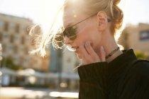 Портрет молодой женщины в солнечных очках, идущей по улице в Барселоне — стоковое фото