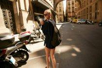 Voyageur en lunettes de soleil fumant la cigarette dans la rue à Barcelone — Photo de stock