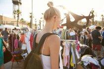 Visão traseira da mulher em óculos de sol andando no mercado de rua em barcelona — Fotografia de Stock