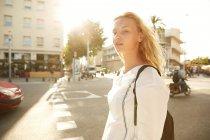 Attraente donna a piedi con borsa in strada a Barcellona — Foto stock