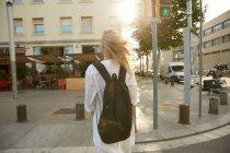 Vue arrière du voyageur marchant avec sac sur la rue à Barcelone — Photo de stock