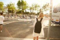 Vista de mulher com pé de mala traseira na rua em barcelona — Fotografia de Stock