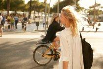 Femme heureuse marchant avec sac dans la rue à Barcelone — Photo de stock